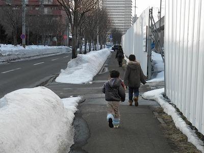 琴似駅まで歩く子供達