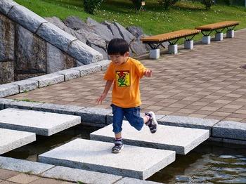 水辺で遊ぶちびこ