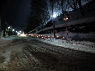200メートル位続く雪明りの路