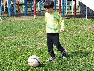 サッカーするちびこ